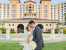 Wedding Couple in front of Rosen Shingle Creek®